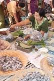 Inle lake - gedroogde visjes op de weegschaal