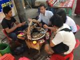 Yangon - Op de stoep