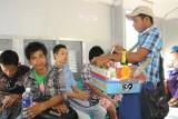 Yangon - Zelfs in de trein kun je betel-nuts (en andere zooi) kopen
