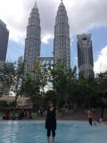 Even afkoelen met voeten in het openbare zwembad bij de twin towers in KL
