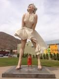 Onder de rok van marilyn ;)