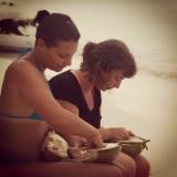 verse kokosnoot eten op het strand