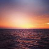 zonsondergang met alleen maar water om ons heen