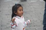 Spelende kindjes bij de bellenblaas verkopers op het plein