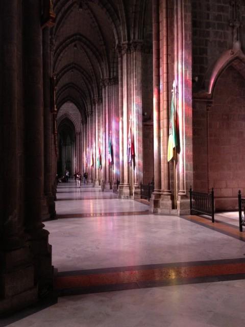 De zon scheen door het glas in lood in de prachtige basilica