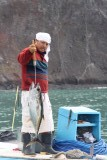 Lokale visser laat trots zijn gevangen tonijn zien (die wij later op ons bord kregen)