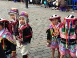 Kindjes dansen in een parade op straat