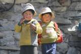 Onze gids koopt altijd brood onderweg naar Machu Picchu om aan arme mensen uit te delen