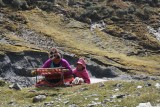 Moeder en dochter wachten langs de weg op gulle gevers voor brood of andere producten