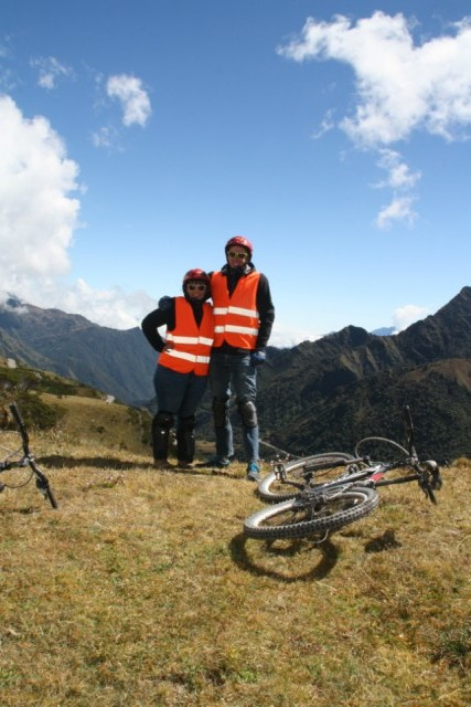 Op de mountainbike van de berg af racen!