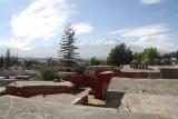 Uitzicht over de stad, overal om je heen zijn die bergen te zien