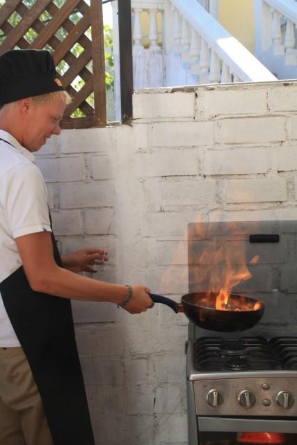 Erwin maakt lomo saltado (springend rundvlees) met pisco (peruaans drankje)