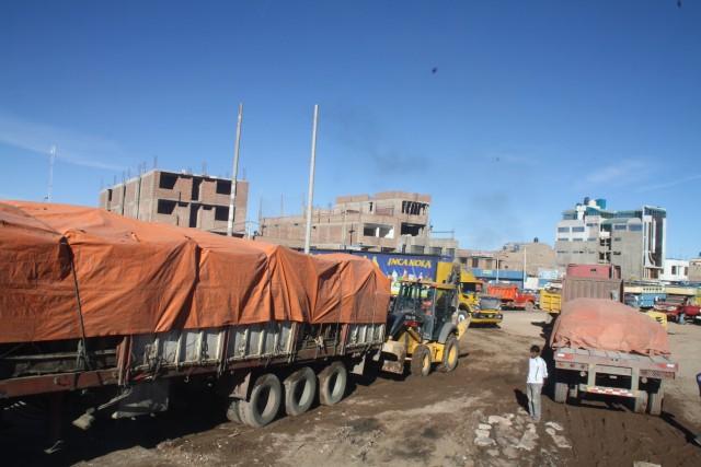 Lokale bus naar Puno.. Vrachtwagen wordt uit de modder geduwd door een graafmachine :)