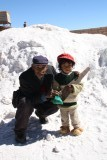Typische lokale opa en kleinzoon, aan het werk in het zout