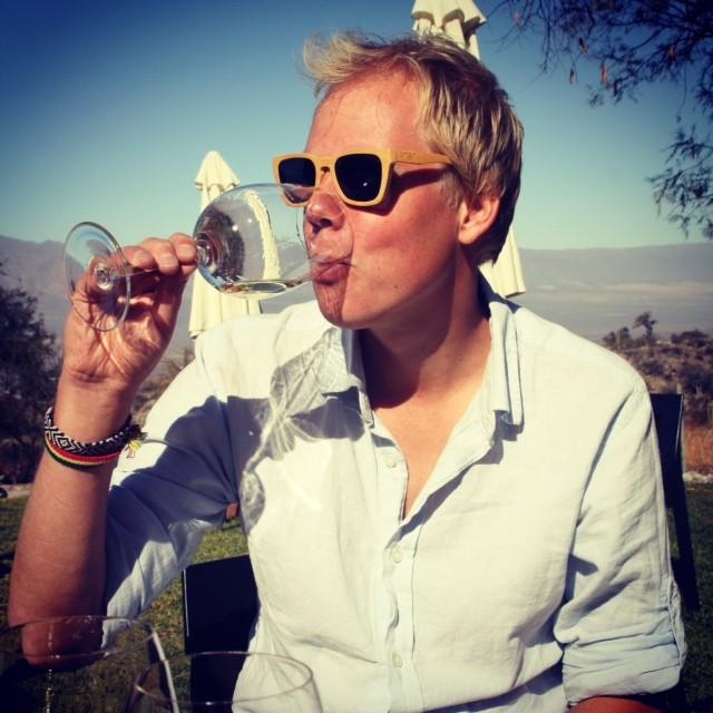 Wijn proeven in bodega Domingo Molina, tussen de wijngaarden in het zonnetje