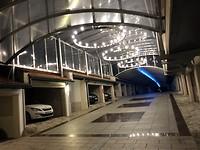 De autopromonade bij het hotel, mét kroonluchters