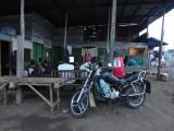 wachten op nachtbus, meekijkend met de mannen naar Kameroense soap en Champions league