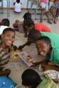 puzzelende kinderen onder begeleiding van de vrijwilligers in het jeugdcentrum