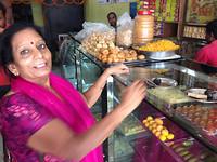 Koffie en sweets met Madhu