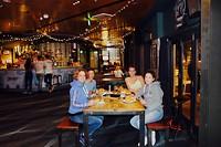 Eten in het restaurant van een hotel bij Manly Beach
