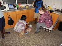 Onze buurvrouw leert ons yam frietjes maken (een soort aardappel)