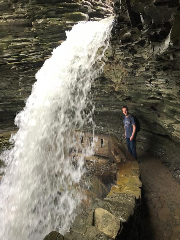 Kijk hoe klein Michel is vergeleken bij deze waterval!
