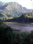 Spelende kinderen aan de rivier, uitzicht vanop het terras