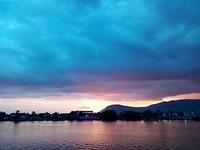 Sunset Kampot. Vanaf de boot op zoek naar vuurvliegjes