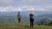 Merel en gids genieten van adembenemde uitzicht, Kathmandu Valley