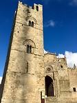 Romaanse kerk en toren. Alles dicht dus alleen de buitenkant.