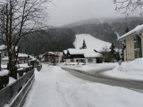 Er liggen zelfs sneeuwwalletjes langs de weg