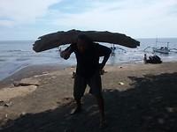Trotse visser van  het stuk hout