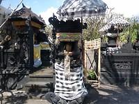 De tempels en offers voor de ingang van Melamun