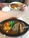 Wiener schnitel en rundvlees pannetje met aardappelpuree