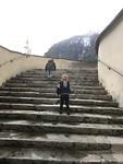 De trap beklimmen naar de kerk.