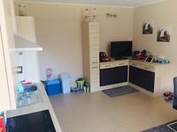 De woonkamer/keuken.