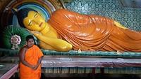 Monk bij boeddha