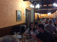Overzicht van de eetzaal met verschillende ronde tafels voor 10 personen per tafel. Heel gezellig.