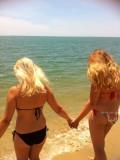 Zusje en ik bij het strand in Kota Bharu