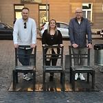 Lege stoelen op het heldenplein