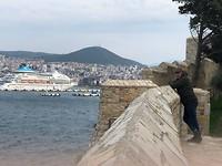 vanaf de burcht met uitzicht op cruiseschip