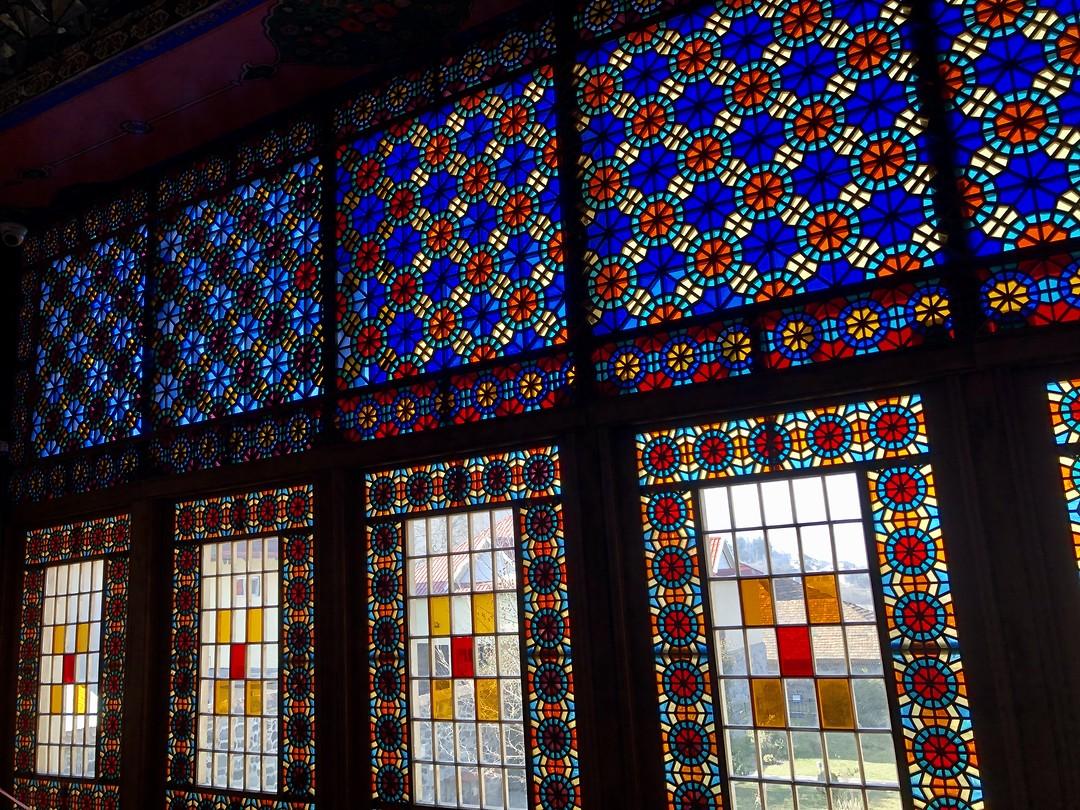 Shebeke ramen van meerkleurig glas in hout