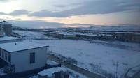 Vanuit huis zicht op sneeuwlandschap
