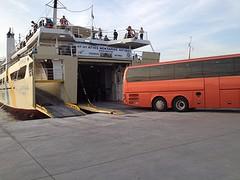 Wij staan vol verbazing te kijken hoe alle auto en bussen worden geparkeerd in de veerboot