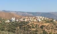 Dorpje in Amani regio op top van een heuvel