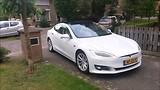 Tesla rijdt weg
