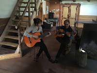 Sandra en Nacho spelen gitaar