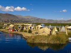 Uros: drijvende eilanden in het Ticicaca meer bij Puno