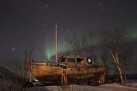 Aurora bij de boot aan het meer