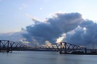 De brug bij avond